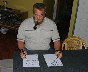 İki eliyle de yazı yazabilen adam
