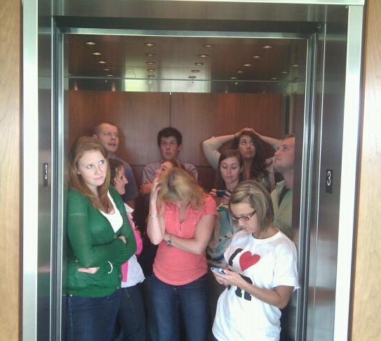 Asansörde kalabalık adamı fena eder!