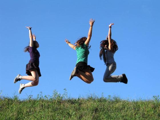 Mutlu insanlar zıplıyorlar